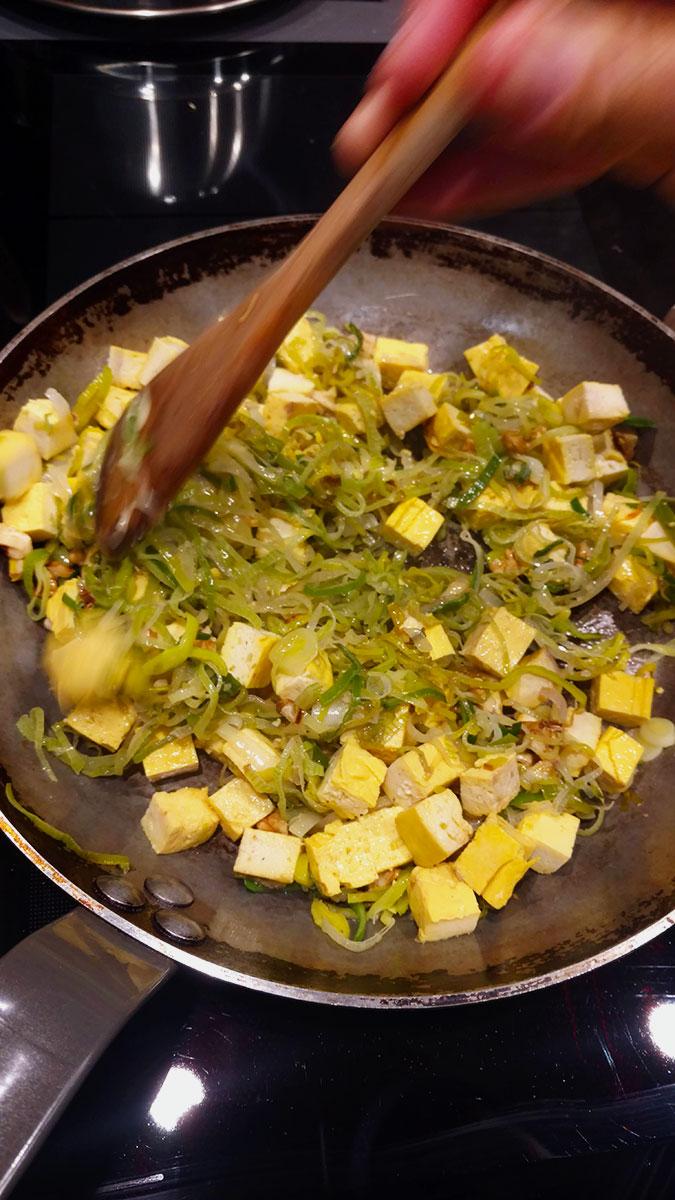Faites dorer le tofu doucement avec les poireaux